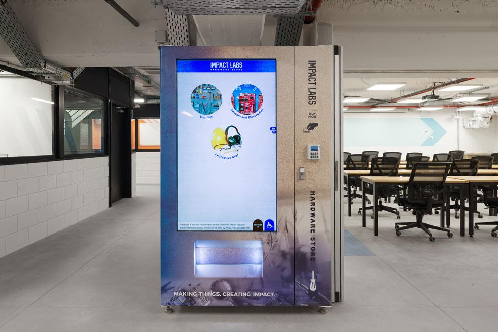 מכונה חכמה לקניית חיישנים ורכיבי אלקטרוניקה. הקומה מחולקת לשניים: חלל שקט ונקי, וסדנאות ייצור רועשות ו''מלוכלכות'' (צילום: גדעון לוין)