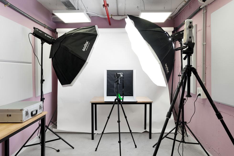על החצובה מימין מותקן סורק תלת ממדי, ולמעצבים מוצע גם סטודיו קטן לצילום (צילום: גדעון לוין)