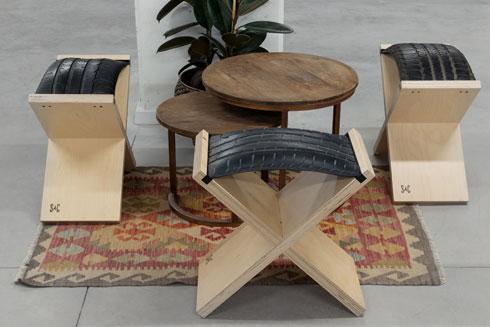 פינות ישיבה נמוכות מעץ וגומי של סטודיו Suit-Case (צילום: גדעון לוין)
