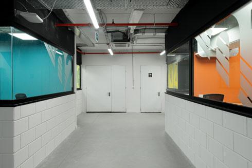 החניון לשעבר נצבע בצבעים שמקלים על ההתמצאות (צילום: גדעון לוין)