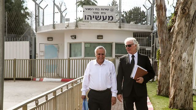 Moshe Katsav and attorney Zion Amir at the legal discussions on his curfew (Photo: Yariv Katz)