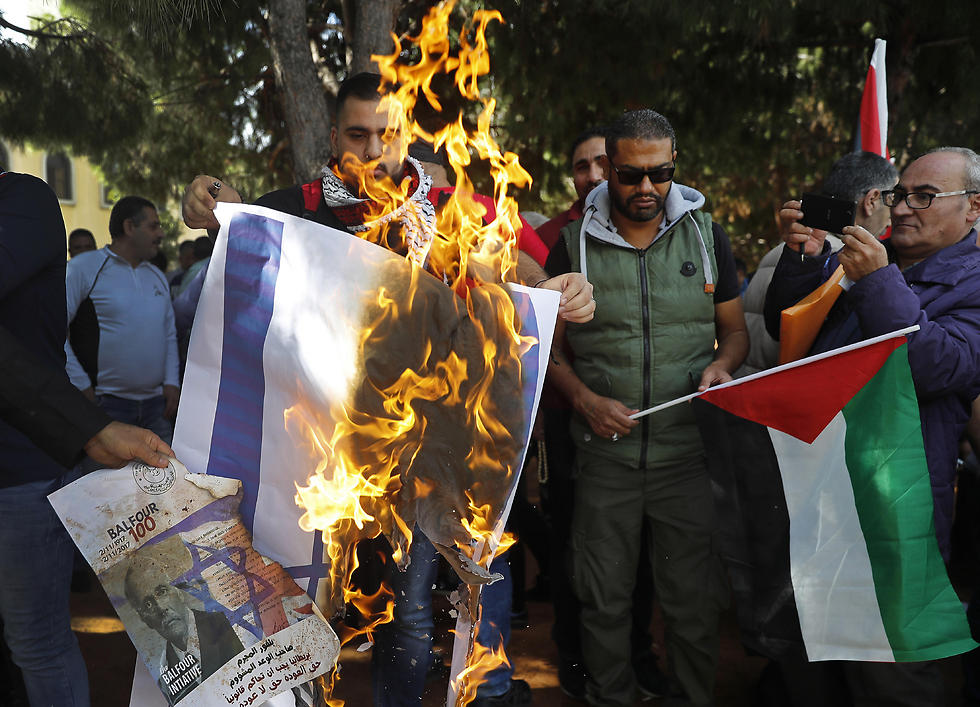 Palestinians protest in Beirut against the Balfour Declaration (Photo: AP)
