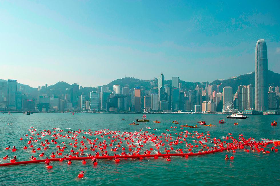 כ-3,000 בני אדם השתתפו במרוץ השחייה השנתי בנמל ויקטוריה שבהונג קונג (צילום: AFP) (צילום: AFP)