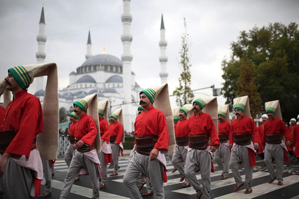 חיילים טורקים צועדים באנקרה ביום הרפובליקה ה-94 בלבוש של חיילים יניצ'רים מהעידן העות'מאני (צילום: AFP) (צילום: AFP)