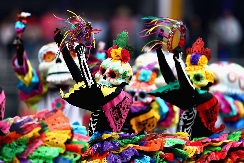 """במקסיקו סיטי אירחו את מרוץ פורמולה 1 היוקרתי באותו זמן שבו ציינו את """"יום המתים"""" (צילום: AFP) (צילום: AFP)"""
