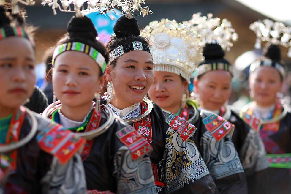 בני המיעוט האתני מיאו בסין חוגגים בלבוש מסורתי את פסטיבל צ'יסין בעיר דנג'אי שבמחוז גוויג'ואו (צילום:AFP) (צילום:AFP)