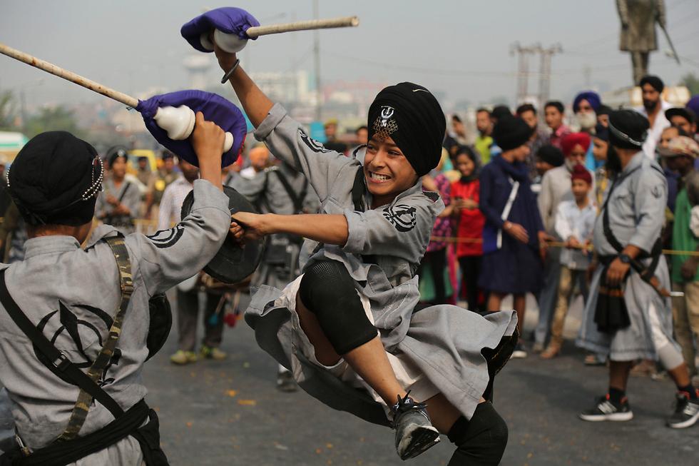 לוחמים סיקים מפגינים את ביצועיהם במהלך טקס דתי בג'אמו, הודו (צילום: AP) (צילום: AP)