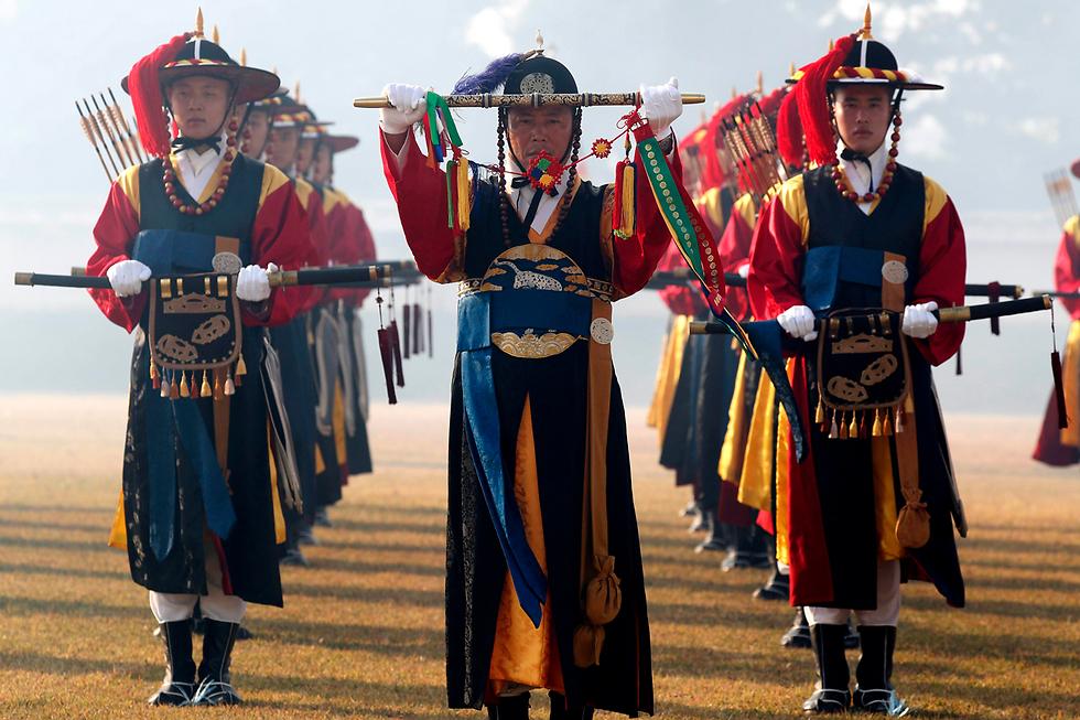 משמר כבוד דרום קוריאני בטקס קבלת פנים לכבוד שר ההגנה האמריקני ג'יימס מאטיס בסיאול (צילום: EPA) (צילום: EPA)