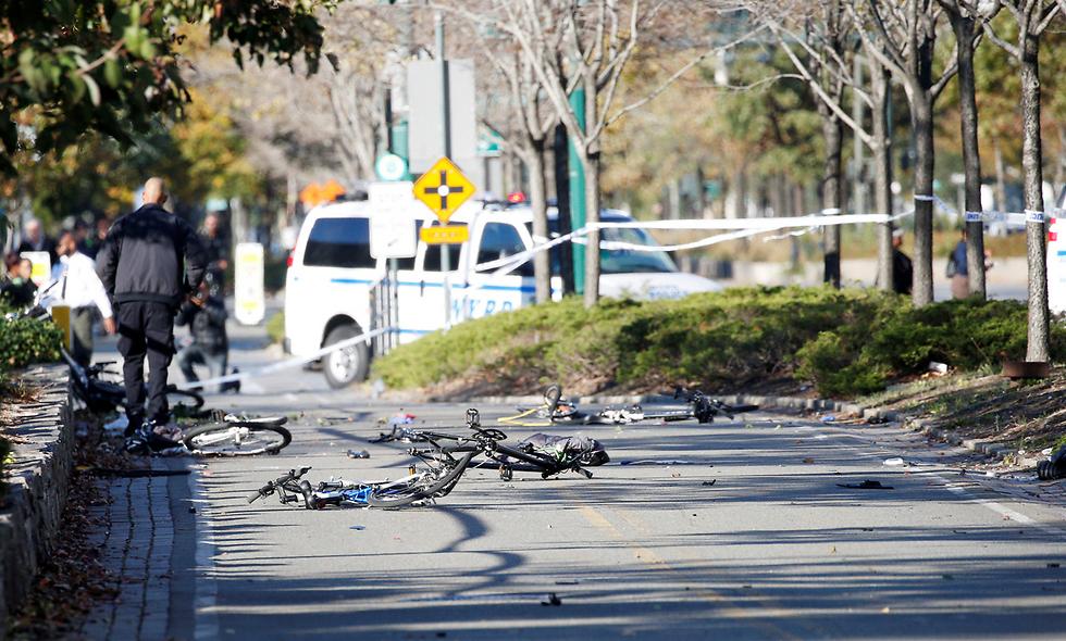 אופניים מרוסקים על השביל במקום שבו אירע פיגוע הדריסה במנהטן, ניו יורק, שבו נרצחו שמונה בני אדם (צילום: רויטרס) (צילום: רויטרס)