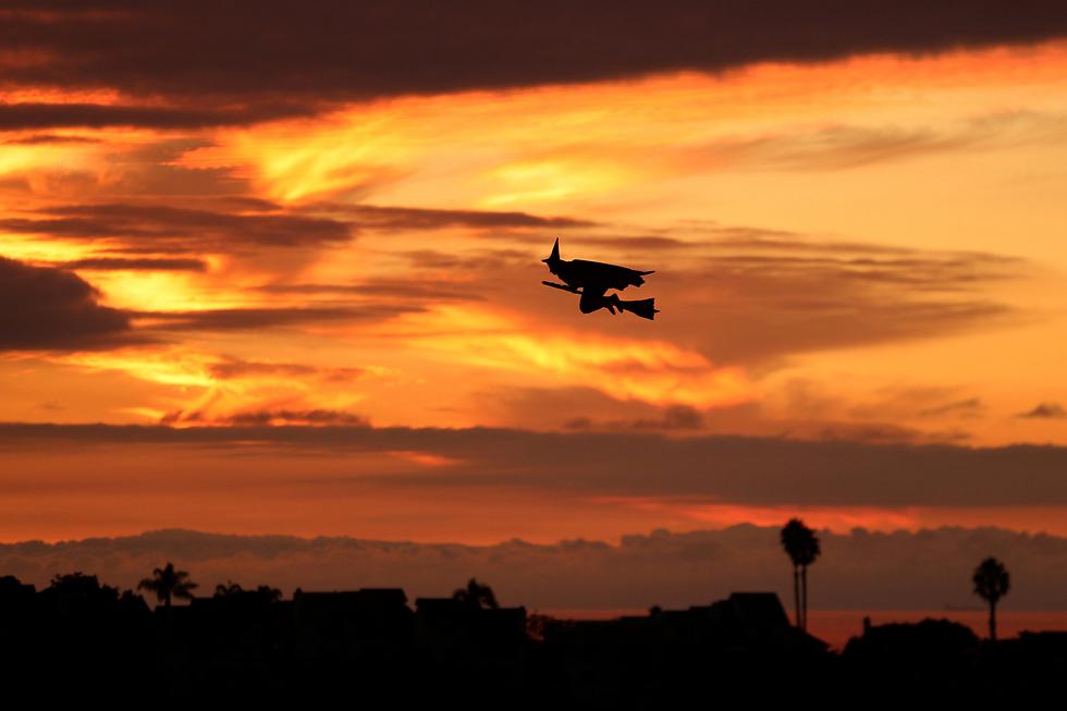כלי טיס בצורת מכשפה על מטאטא נצפה באנסיניטאס, קליפורניה, לרגל חג ליל כל הקדושים (צילום: רויטרס) (צילום: רויטרס)