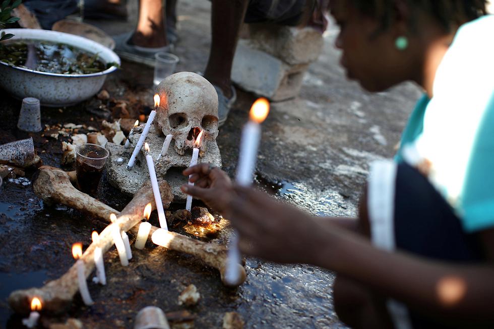 טקס וודו בבית קברות בפורט-או-פראנס, בירת האיטי (צילום: רויטרס) (צילום: רויטרס)