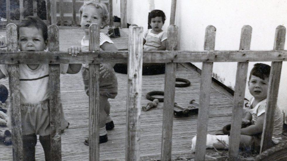 אם קרה ומרוחקת לילדים שכמהים לחום ורגש. מתוך הסרט ()