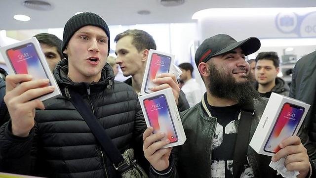 רוכשי אייפון X במוסקבה (צילום: רויטרס)