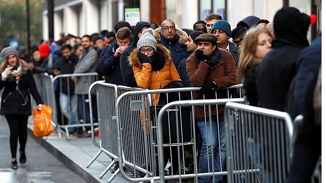 ממתינים בלונדון (צילום: רויטרס)