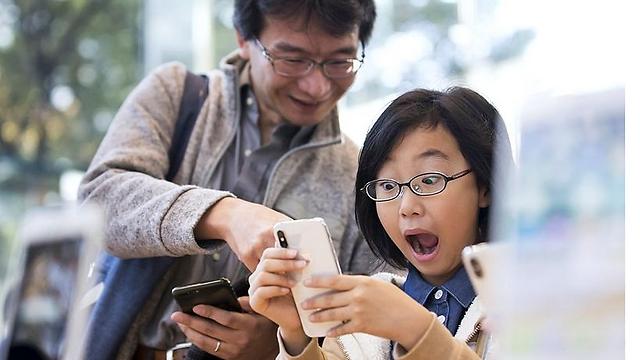 קונים נרגשים בטוקיו (צילום: getty images)