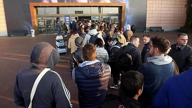 ממתינים לאייפון במילאנו (צילום: AP)