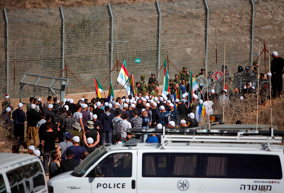 Druze protesters at the border fence (Photo: AFP)