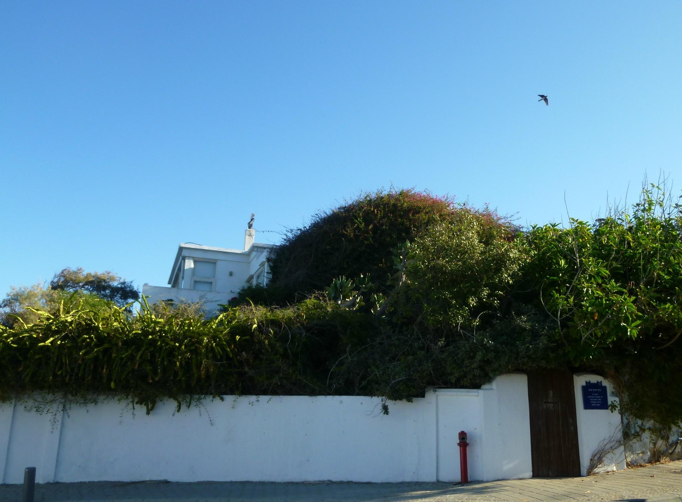 Дом Ицхака Саде, справа - памятная табличка
