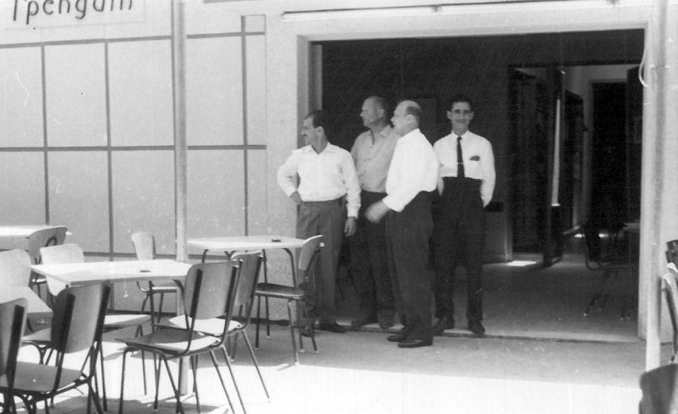 """צוות המסעדה בשנות ה-60 (צילום: יח""""צ) (צילום: יח"""