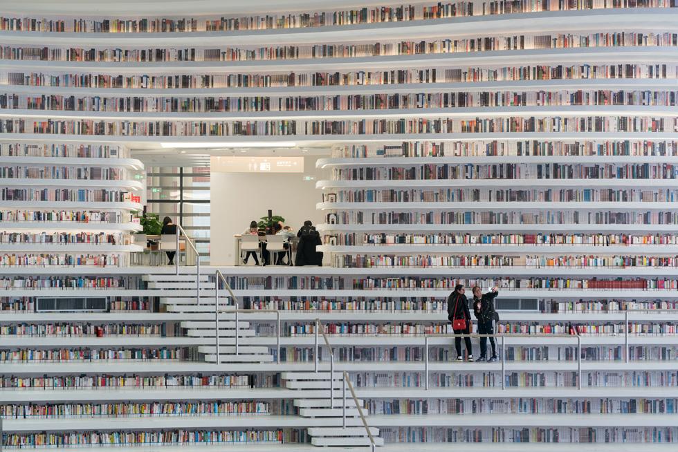 יותר ממיליון ספרים - אבל כמה מהם אמיתיים? (צילום: Ossip van Duivenbode, TIANJIN BINHAI LIBRARY, MVRDV )