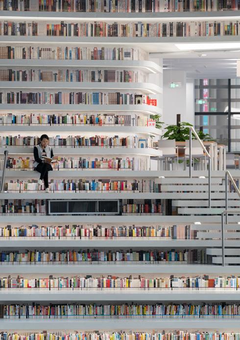 אל הספרים למעלה אי-אפשר להגיע, בינתיים. רק קרון מסוגל להגיע לשם כדי לנקותם מאבק (צילום: Ossip van Duivenbode, TIANJIN BINHAI LIBRARY, MVRDV )