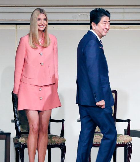 """גולשת צייצה בטוויטר: """"איוונקה, מה לכל הרוחות את לובשת?! איך את יכולה ללבוש חצאית ורודה כל כך קצרה? את אישה קונסרבטיבית במדינה קונסרבטיבית"""" (צילום: AP)"""