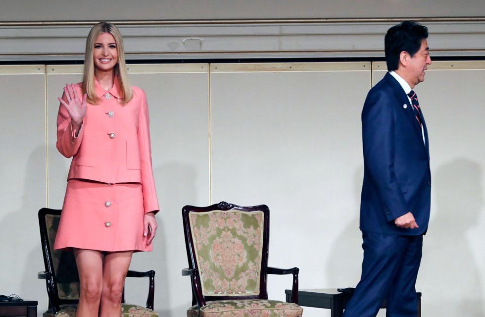 אורך החצאית לא הלם את קוד הלבוש המסורתי ביפן, או את הלבוש הנהוג בזירה הפוליטית והעסקית. איוונקה טראמפ (צילום: AP)