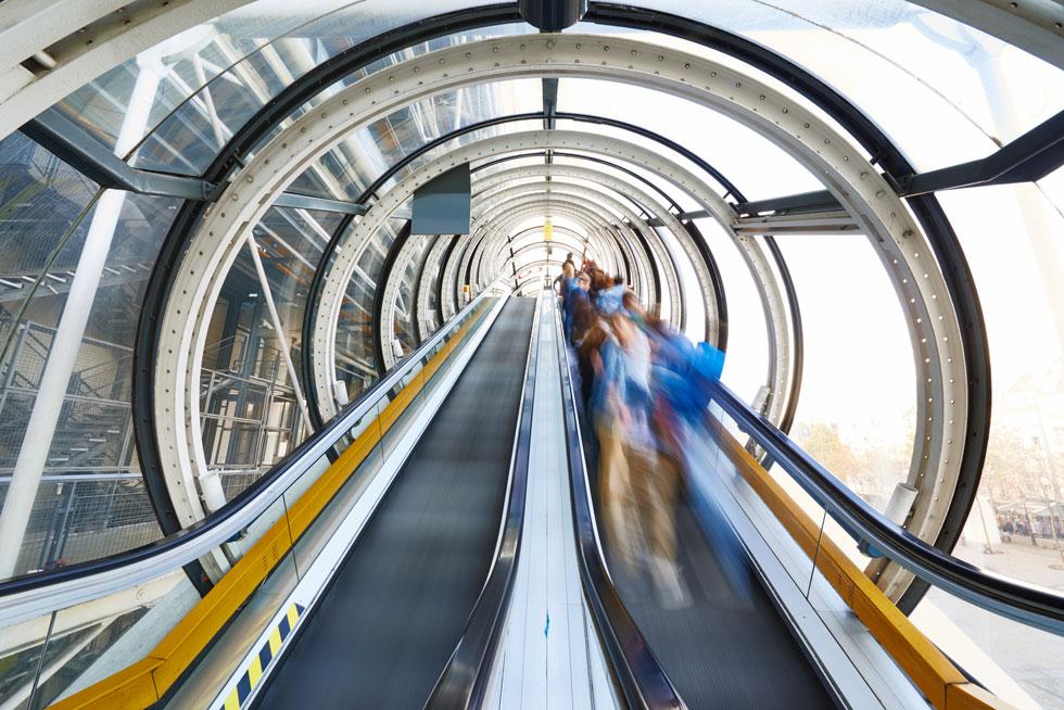 10 קומות למרכז פומפידו, וחלק ניכר מהתנועה במבנה נעשה מבחוץ, דרך הדרגנועים שעוטפים אותו בחזית המערבית (צילום: Manuel Braun, Courtesy Centre Pompidou)