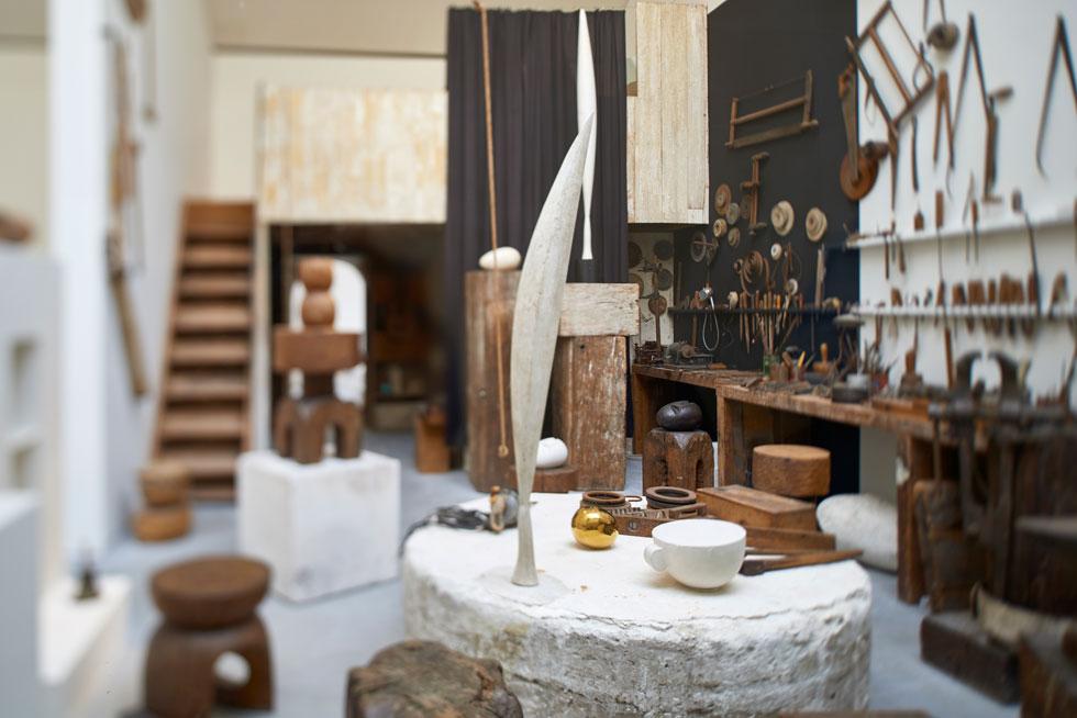 בכיכר הגדולה נמצא ביתן ברנקוזי, שמוקדש לפסל הרומני המהולל שתרם את עיזבונו לצרפת. רנצו פיאנו תכנן את הביתן, שמשחזר את הסטודיו של האמן (צילום: Manuel Braun, Courtesy Centre Pompidou)