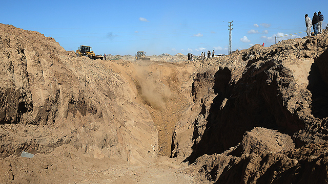 Hamas forces searching through demolished tunnel area (Photo: EPA)