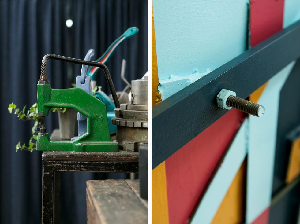 הדלת האחורית (מימין) נצבעה, ובמכונת השטאנצים הירוקה (משמאל) יעקב הכין בעבר הטבעות לתעשיית האופנה  (צילום: שירן כרמל)