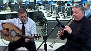 ניגון חסידי-ערבי: כלייזמר דתי ונגן עוד מוסלמי על במה אחת