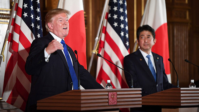 Trump (L) and Abe at a Tokyo press conference (Photo: AFP)