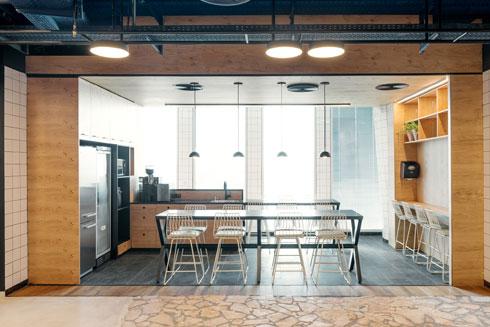 עיצוב הקפיטריה בקומה ה-14 מזכיר מטבח ביתי  (צילום: גדעון לוין)