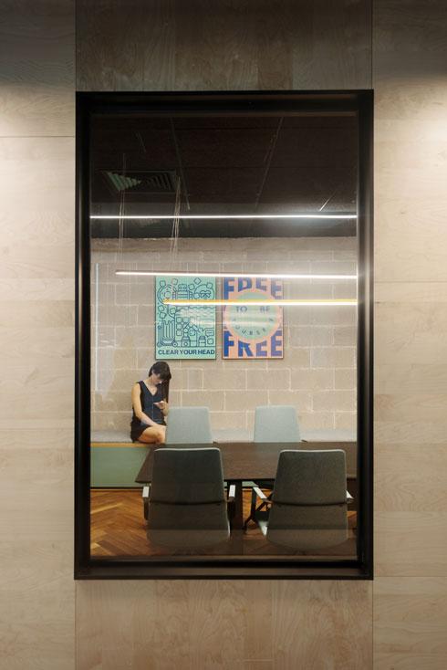 משרדים שקופים מעניקים פרטיות יחסית. פוסטרים מהווי החברה יוצרו בסטודיו הגרפי שלה   (צילום: גדעון לוין)