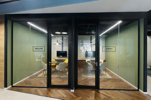 התמה של קומה 14: אמריקה. וממנה נגזרים שמות המשרדים  (צילום: גדעון לוין)