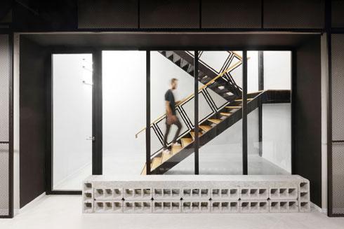 גרם המדרגות הפנימי בין 4 קומות המשרד. הספסל עשוי בלוקים (צילום: גדעון לוין)
