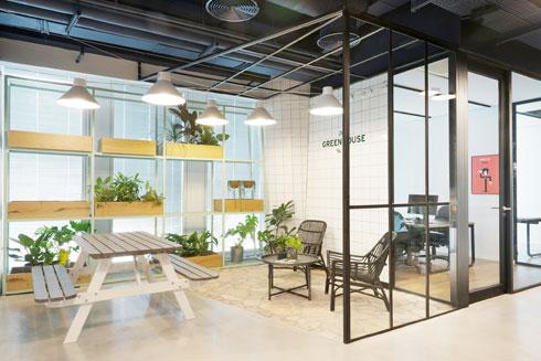 """בקומה 15 """"הפסקה ירוקה"""": חממה דמויית פטיו עם ריצוף אבן פראית ותאורה בהשראת גרלנדות (צילום: גדעון לוין)"""