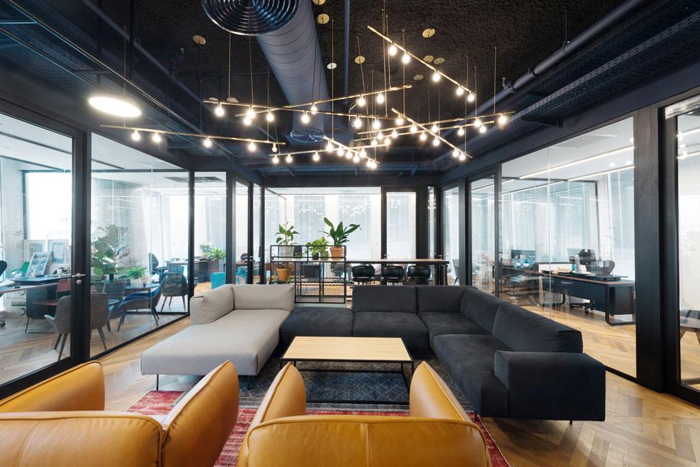 סלון המנהלים בקומה ה-12, קומת ההנהלה, מוקף במשרדי השותפים. כאן נבחר גוף תאורה תלוי בנוסף לתאורה הטכנית (צילום: גדעון לוין)