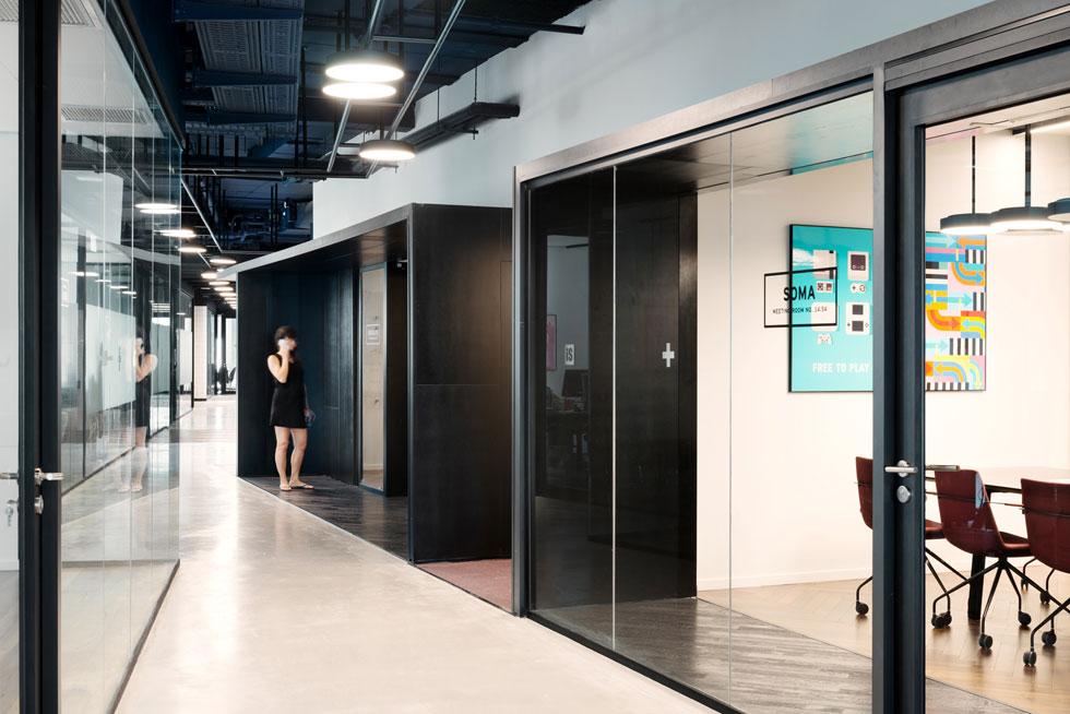 חדרי ישיבות ובוטים בקומה 14. התמה של הקומה היא אמריקה, והחומרים הם ברזל שחור, בטון מוחלק וזכוכית  (צילום: גדעון לוין)