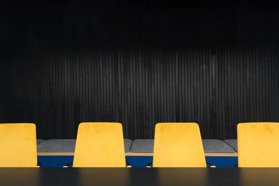 חדר הישיבות המרכזי בקומה 15: חומרים קשים, כמו ברזל ובלוקים, מרוככים בעזרת עץ וטקסטיל. הצבעוניות דרמטית - שחור וצהוב (צילום: גדעון לוין)