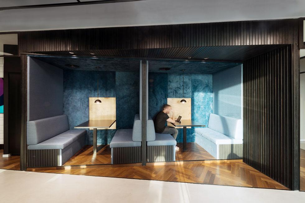 בוטים בקומה 15 עשויים מפסי עץ מושחרים ומחופים מבפנים בבדים רכים בגוונים מעושנים. גם כאן מנורות תלויות בנוסף לתאורה הטכנית בתקרה (צילום: גדעון לוין)