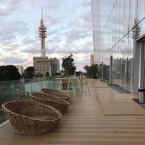 הנוף ממרפסת המשרדים, בקומות יחסית נמוכות של המגדל. מצד אחד: הקריה (צילום: אביטל ברוידא)