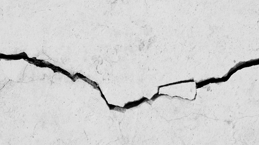 סדקים קונסטרוקטיביים הם סימן לברוח מדירת יד שנייה (צילום: shutterstock) (צילום: shutterstock)