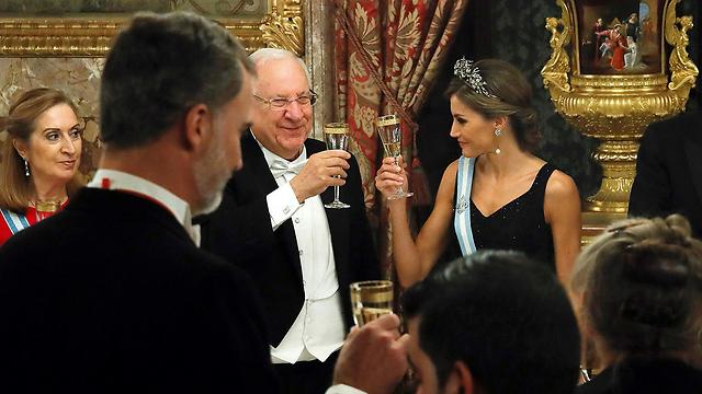 Rivlin raises a glass with Spain's Queen Letizia (Photo: AP)