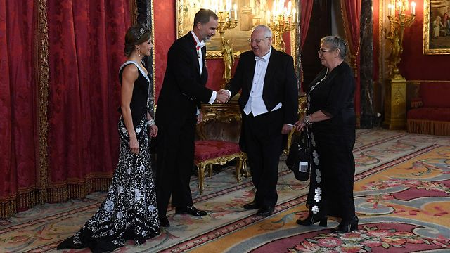 Spain's King Felipe and Queen Letizia greet Rivlin and wife Nechama (Photo: Haim Zach/GPO)