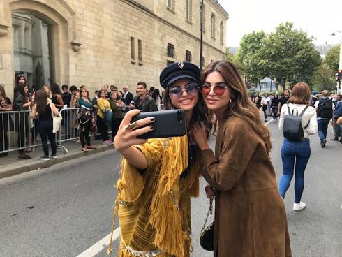 """""""עם ג'יג'י חדיד עשיתי סלפי במילאנו. כנ""""ל עם קיארה פראני. חזרתי מפריז עם תובנות מטורפות על הקשר בין איפור לאופנה"""" (צילום: רויטל אזולאי)"""