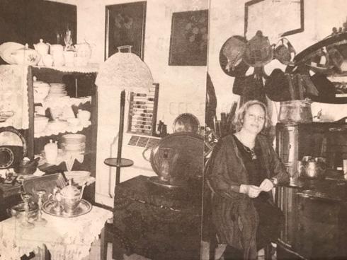 """לאחר מות ההורים הפך ביתם לגלריה """"ויקטורינה"""", שבה הציגה חפצים עתיקים שאספה  (צילום: באדיבות אורנה רווה)"""