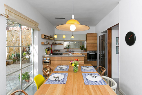 שולחן האוכל צמוד למטבח הקטן והמופרד  (צילום: שירן כרמל)