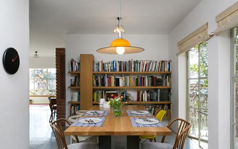 הספרייה בקיר הנגדי למטבח. פינה נעימה ואינטימית  (צילום: שירן כרמל)